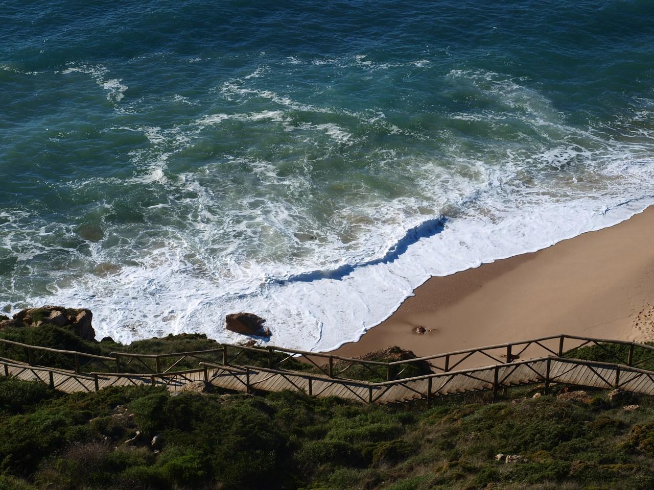 Die Brücke führt vom Parkplatz hinab zum Strand, wo man auch eine kleine gemütliche Bar findet.